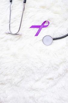 Рак поджелудочной железы, мир альцгеймера, эпилепсия, волчанка и день домашнего насилия месяц осведомленности, женщина, держащая фиолетовую ленту со стетоскопом. концепция здравоохранения и всемирного дня рака