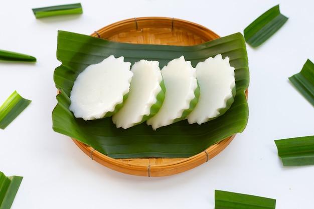 竹かごのバンナの葉にパンダンとココナッツゼリー