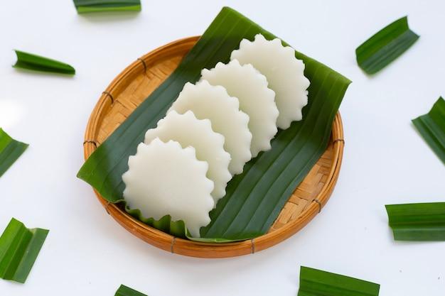 Желе из пандана и кокоса на банновом листе в бамбуковой корзине