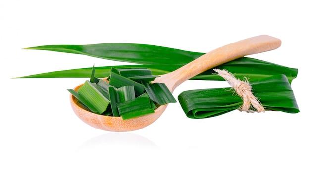 パンダンリーフとクリッピングパスとアジア料理の味と香りに白で隔離される木のスプーンでスライス。