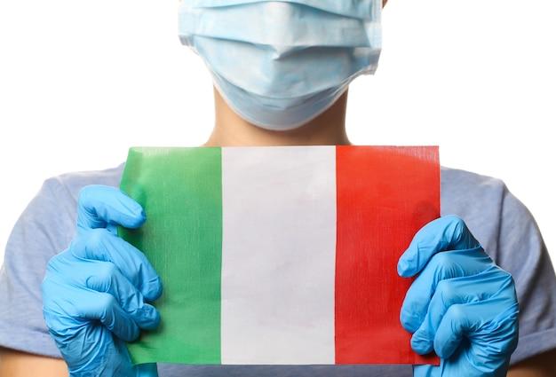 유행성 코로나 19 테마. 보호 장갑, 의료 얼굴 마스크에 여자는 흰색 절연 이탈리아 국기를 보유하고있다.