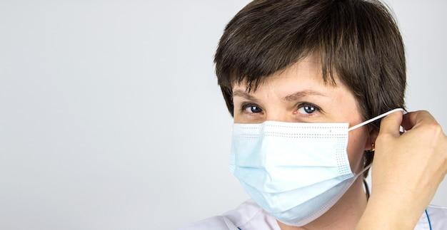팬데믹 종료. 의사가 마스크를 착용하거나 제거하고 있습니다. 코로나19를 멈춰주세요. 코로나 종식. 잠금을 종료합니다.