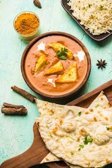 Paneer butter masala는 빨간 토마토 카레에 코티지 치즈를 사용하여 만든 점심 또는 저녁 식사로 인기 있는 북인도 요리법입니다. 일반적으로 쌀과 차파티 로티 또는 난과 함께 제공됩니다.