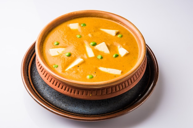 Paneer butter masala는 코티지 치즈를 사용하여 만든 유명한 인도 음식 레시피로 그릇에 제공됩니다. 선택적 초점