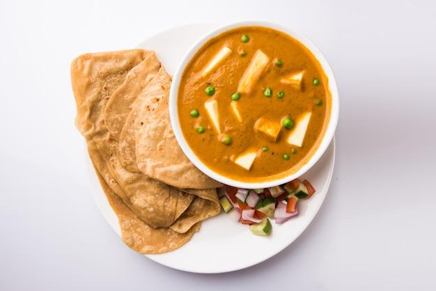 Paneer butter masala는 코티지 치즈를 사용하여 만든 유명한 인도 음식 레시피로, 로티 또는 차파티라고도 하는 납작한 빵과 함께 제공됩니다. 선택적 초점