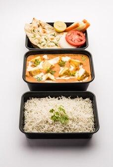 Paneer butter masala упаковано в пластиковый контейнер или коробку, готово к доставке на дом или самовывозу.