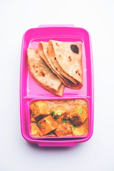 Paneer butter masala с роти в ланч-боксе или tiffin, выборочный фокус