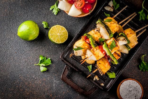 Вегетарианская диетическая еда, шашлык из сыра и овощей на гриле, индийский стиль paneer tikka