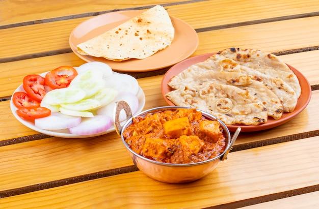 Индийская вкусная острая кухня paneer toofani подается с тандури роти