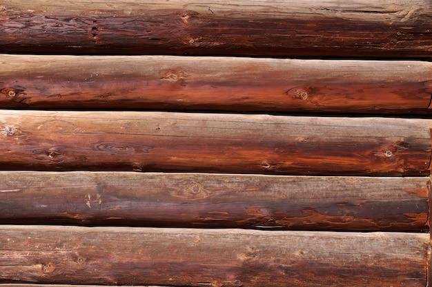 Панно из деревянных досок на стене дома