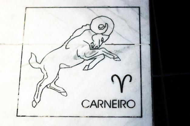 ブラジルのリオデジャネイロの大理石の石に山羊座のサインが付いたパネル。