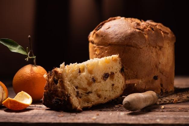 パネトーネ焼き伝統的なイタリアのクリスマスケーキのクローズアップ
