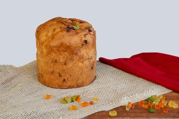 Panettone, 설탕에 절인 과일을 넣은 이탈리아 케이크.