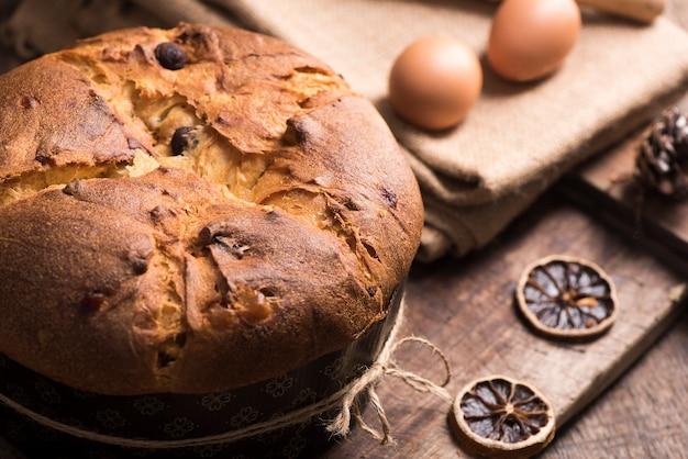 パネトーネの伝統的なイタリアのクリスタムケーキ