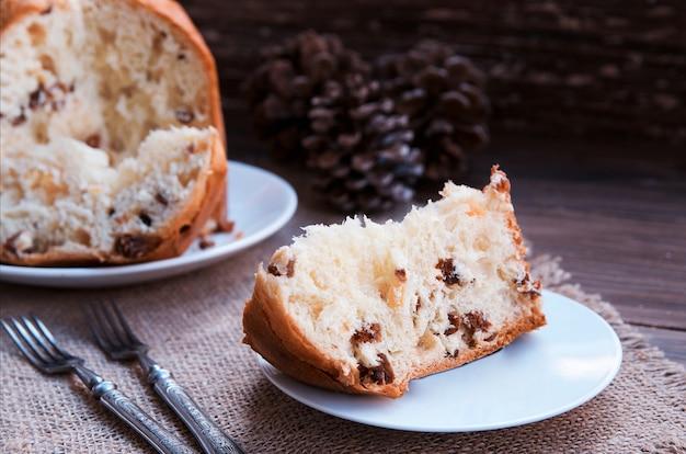 Panettone, 빈티지 포크와 소박한 배경에 전통적인 이탈리아 크리스마스 케이크. 공간을 복사하십시오.