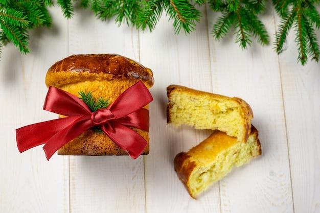 Панеттоне традиционный итальянский рождественский фруктовый торт на белой елке
