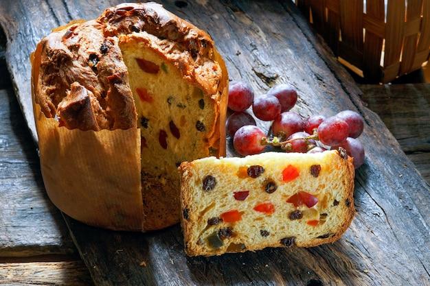 フルーツとパネトーネ(イタリアのクリスマスケーキ)