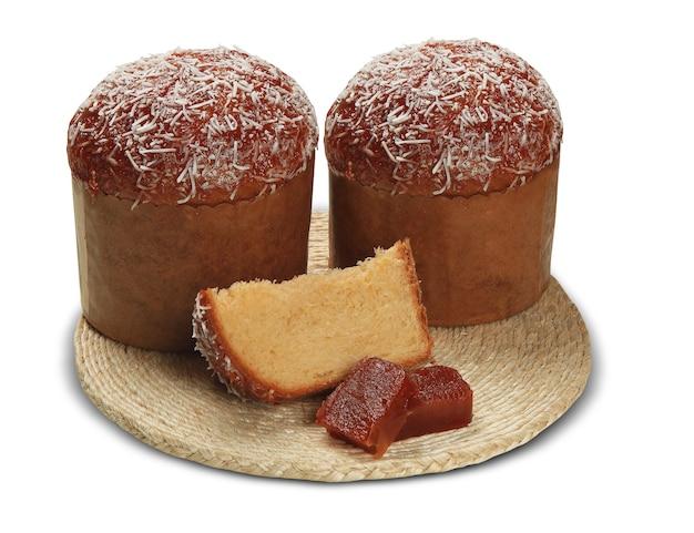 甘いグアバを添えたパネトーネは、クリスマスの伝統的なイタリアのデザートです。