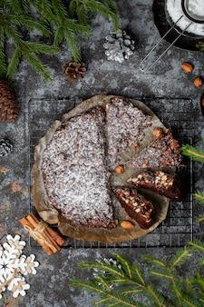 パンフォルテ。ナッツとドライフルーツの伝統的なイタリアのクリスマスケーキ