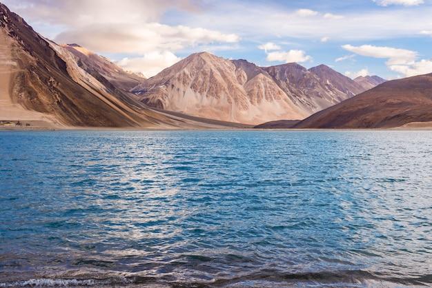 Озеро пангонг и горы утром