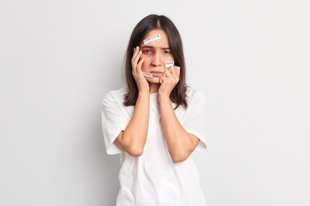 겁에 질린 좌절 한 여성이 야만적 인 공격의 피해자가되고 눈 밑에 멍이 들었고 심한 두부 외상은 학대의 피해자가되고 압력과 폭력에 직면합니다.