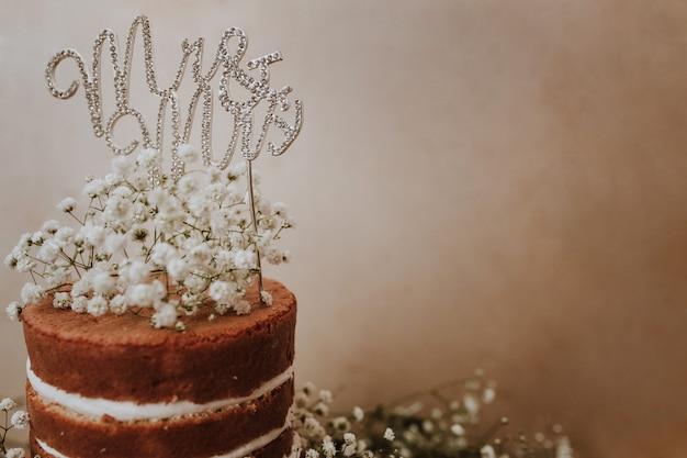 Paniculata装飾とmr and mrsトッパーのウェディングケーキ