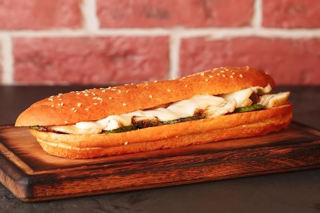 파니니. 이탈리아 햄버거. 파니니와 야채와 고기.