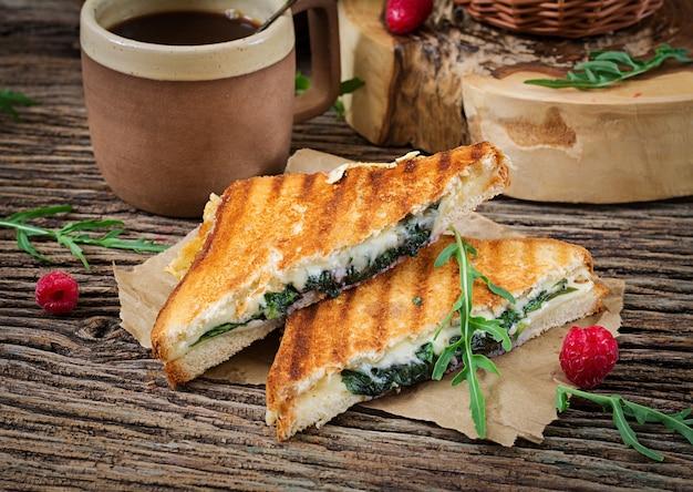 チーズとマスタードの葉のパニーニサンドイッチ。