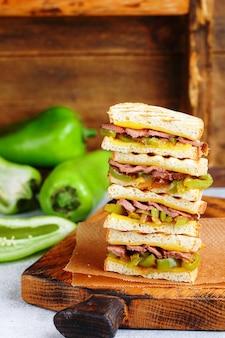 다양한 음식이 담긴 파니니 샌드위치
