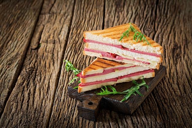 ハムとチーズの木製のテーブルのパニーニ