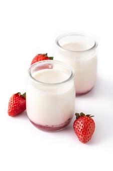 白で分離されたイチゴとパンナコッタデザート Premium写真