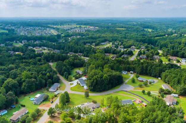 米国サウスカロライナ州の住宅街郊外開発のボイリングスプリングスの小さな町のパノラマ空撮