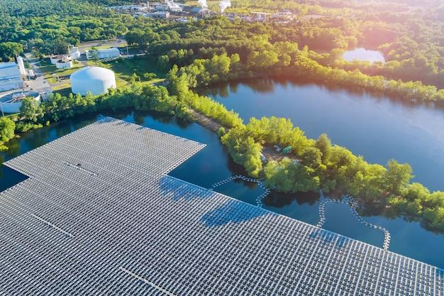Панорамный вид с воздуха на плавучую ферму, солнечную батарею, парк-платформенную систему на озере