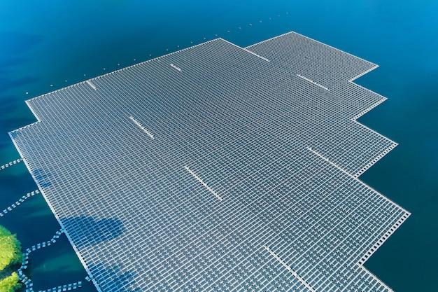 Панорамный вид с воздуха на плавучую платформу ячеек солнечных панелей на красивом озере, возобновляемая альтернативная электроэнергия