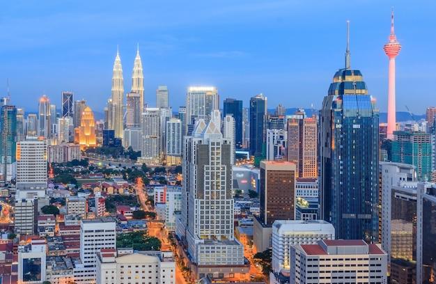 マレーシアクアラルンプールの街並みのスカイラインのパノラマ空撮