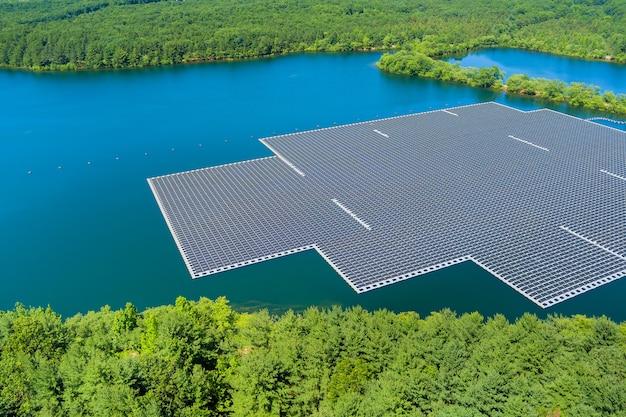 再生可能な代替電力エネルギーのパノラマ空中写真美しい湖に浮かぶソーラーパネルセルプラットフォーム