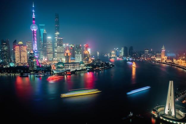 夜の上海川の街並みのパノラマ空撮