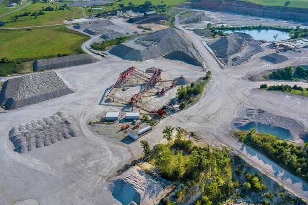 パノラマ空中写真露天掘り鉱山採掘、ダンパー、採石採掘産業のストリッピング作業機械トラックの大型マイニングトラック。
