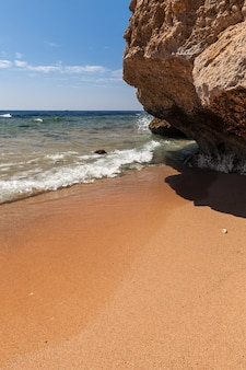 Panorama della spiaggia di scogliera, sharm el sheikh, egitto