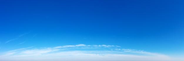 Панорама голубое небо и белые облака. bfluffy облако на фоне голубого неба