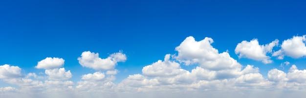 파노라마 푸른 하늘과 흰 구름. 푸른 하늘에 푹신한 구름