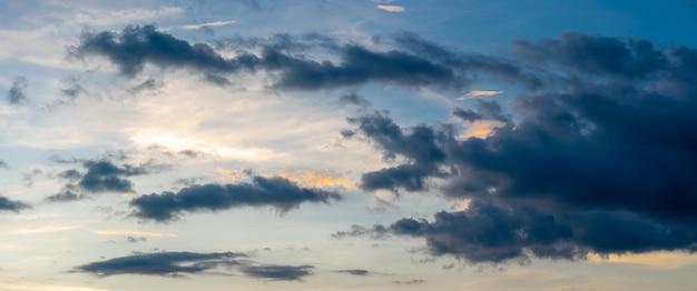 昼間のパノラマの青い空と白い雲