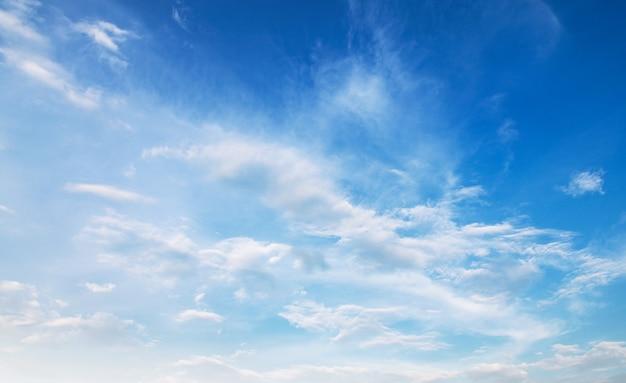 Панорама голубого неба фон с белым облаком