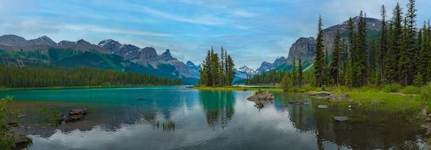 カナダ、アルバータ州、背景に大きな山があるスピリット島のパノラマカナダの森の風景。