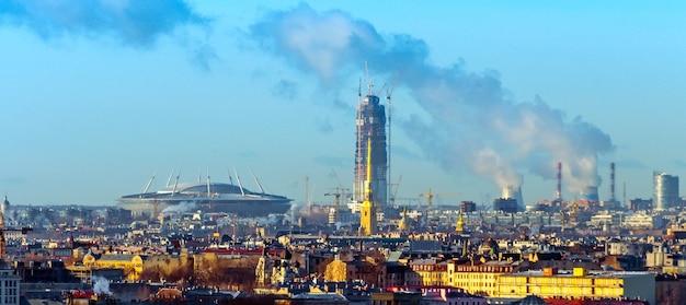 ペトロパヴロフ要塞の中心部とヨーロッパの新しい超高層ビルのパノラマシティピーターズバーグビュー。
