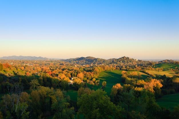 秋のイタリアの丘からのパノラマ秋の風景木々や丘