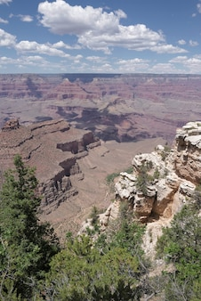 パノラマグランドキャニオン。サウスリムからの米国アリゾナの風光明媚な景色。グランドキャニオン国立公園の素晴らしいパノラマ写真。 Premium写真