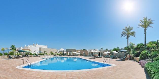 Панорама отеля с бассейном для отдыха и отдыха. португалия алгарве. quinta vila boa nova.