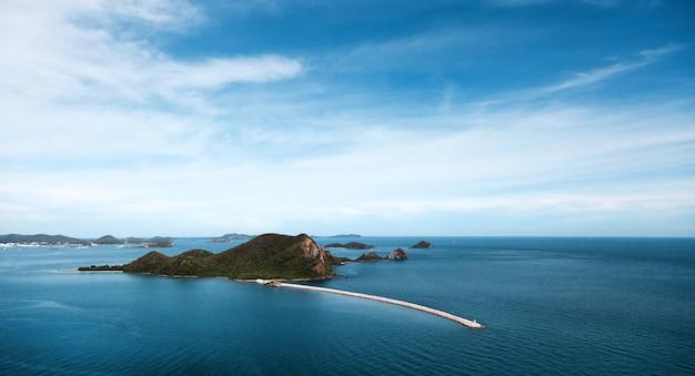 Панорама пейзажного острова и каменного пирса