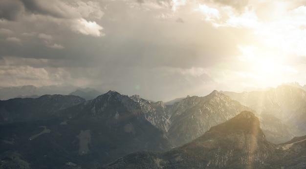 オーストリアのアルプスのパノラマの山々。背景